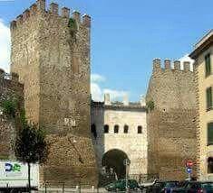 PUERTA es TIBURTINA (o Porta S. Lorenzo) ! La puerta incorpora el arco construido en la época de Augusto ( 5 aC) que permitió tres acueductos ( Marcia , Tepula y Iulia ) para pasar por encima de la Via Tiburtina . El arco es aún visible en la mesa frente a la ciudad , mientras que el otro (en la foto ) se caracteriza por cinco ventanas arqueadas resultado de las intervenciones en 401-402 por Honorio.