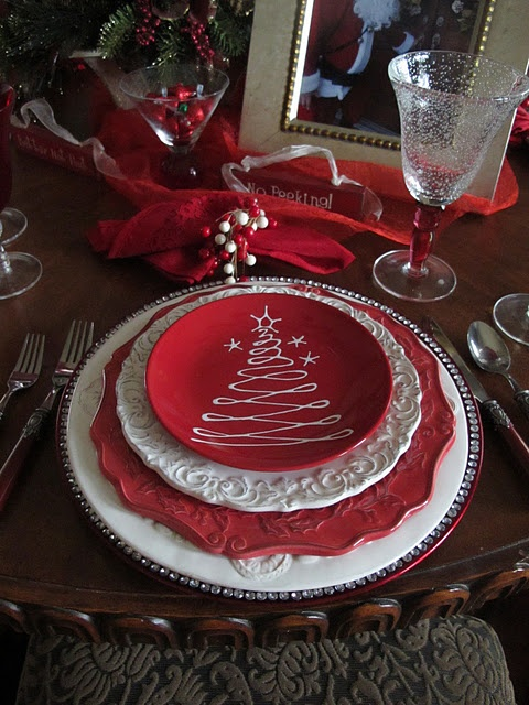 Red & white Christmas.  Such a cute dessert plate on top!
