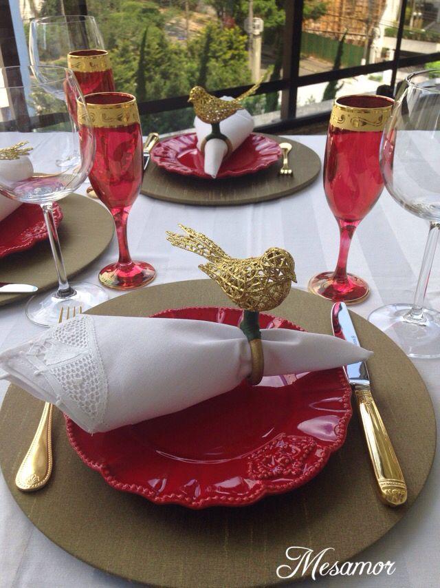 Mesa para o natal -capa de Shantung dourada e porta guardanapo Pássaro dourado Gostou? Adquira já o seu! Escolha sua capa para sousplat, porta guardanapo, guardanapo, jogo americano e monte uma linda mesa! /whatsapp 11 993616170 Simone/mesamor@live.com