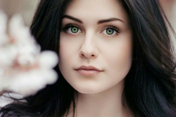 How to Give Yourself Different Colored Eyes Like Mila Kunis