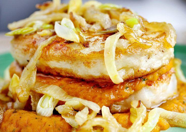 Når middagen skal lages i en fei er dette et perfekt alternativ, ifølge kokebokforfatter Mette Møller.     Gulrotmos er både sunt og god - og lett å lage. Velg fiskekaker som inneholder mye fisk og lite annet, eller bruk hjemmelagde, tipser hun.     Tips: Bruk finhakket dill eller kjørvel i stedet for persille. Det er også godt med et dryss muskat i gulrotmosen.     Oppskrift og foto er hentet fra boken «Fotballmat» av Mette Møller.