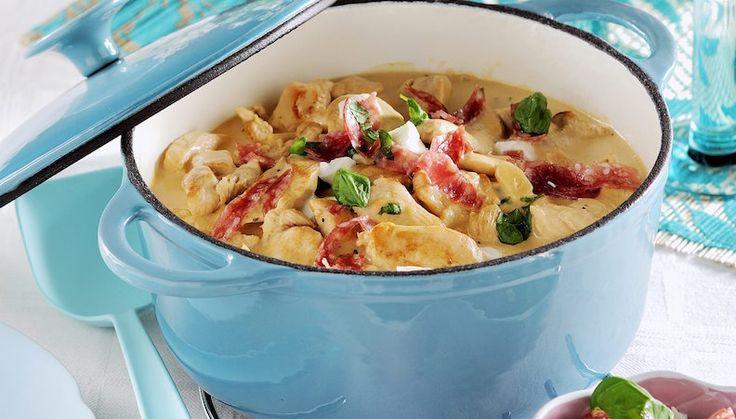 Bjud på gryta i helgen! Den här med kyckling har en läcker topping av salami, mozzarella och basilika. Mums på italienska!