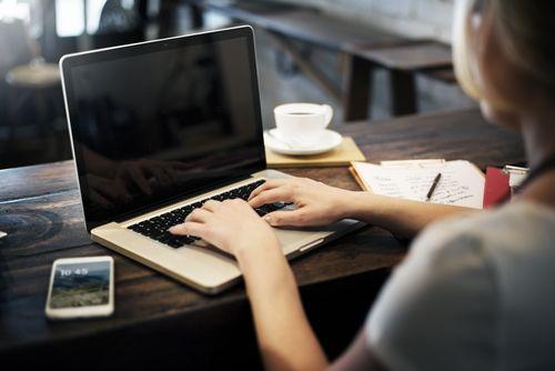 Viele Unternehmen bitten um eine Kurzbewerbung per E-Mail, doch für Bewerber stellt sich eine wichtige Frage: Was muss alles rein?