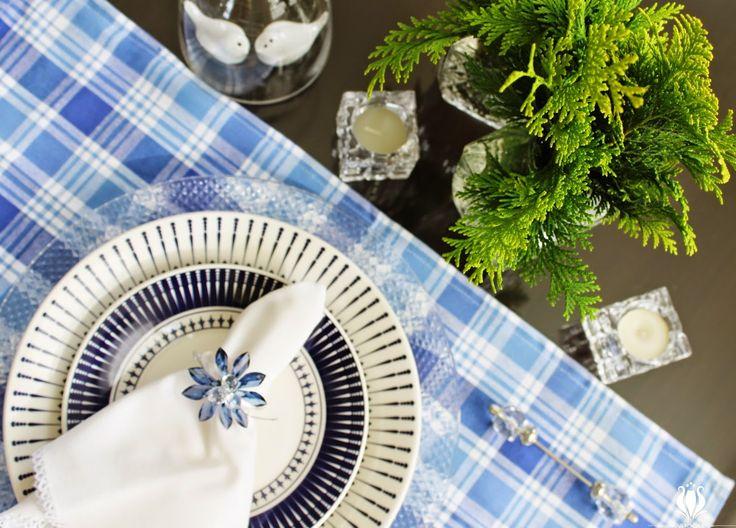 Mesa posta azul e branco na minha casa