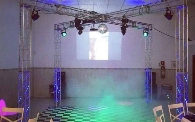 promoção para casamentos dj som iluminação top estrutura em X 4 x 4 Mt. com tapete de dança e iluminação completa (som pancadão) parcelo em 12 x no cartao somos empresa forneco nota fiscal