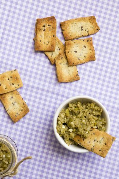 Bolacha de ervas e sementes. Esta receita eu adaptei do livro Biscoitos de Caroline Bergerot, acrescentando o orégano e meu mix de sementes (linhaça, chia e gergelim).  A receita é fácil, dá duas fornadas (com umas 10 bolachas cada) e assa rapidinho.