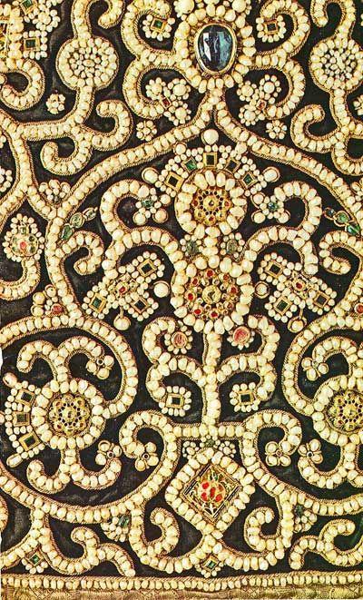 Фрагмент древнерусского шитья драгоценными камнями, жемчугом, золотом. Загорский музей