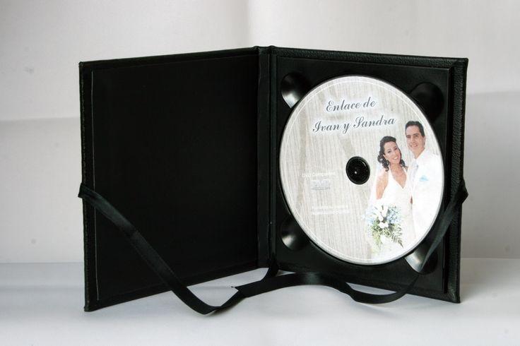 """Aqui tenemos un estuche sencillo de la serie """"S"""" para un DVD realizado en piel sintética negra, simple y sobrio para quien prefiera los diseños simples pero con calidad."""