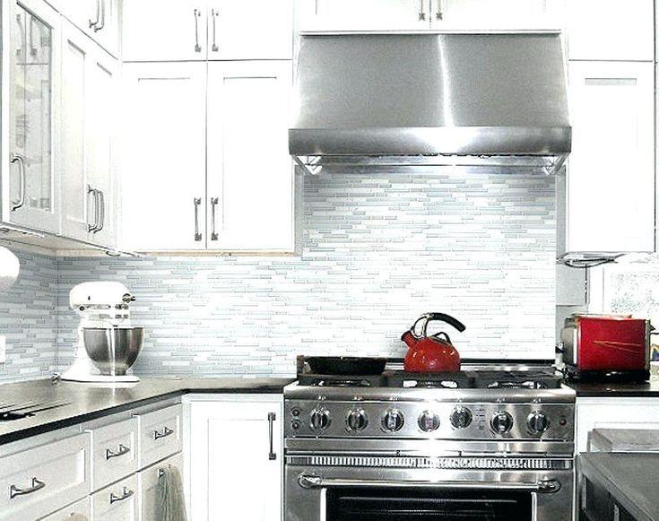 Grey Kitchen Backsplash Gray Kitchen Grey Glass Tiles White Cabinets With Tile And Backsplash Off Wi Kuche Mit Weissen Fliesen Kuchenprodukte Kuchen Inspiration