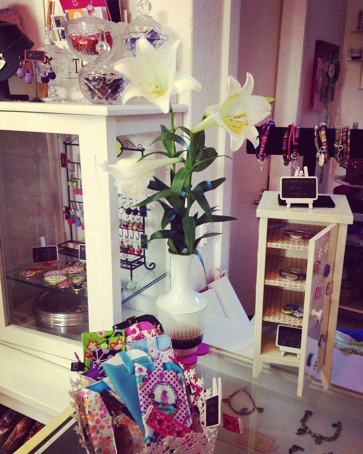 Unsere Ladentheke ❤️ #ladentheke #ladentisch #blumen #flowers #shop #vitrine #vintage #retro #ladeneinrichtung #mönchengladbach #mg #gladbach #mgactiontown #einlaufeninmönchengladbach