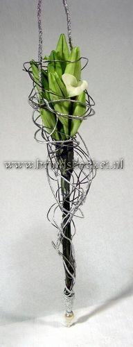 1107. Bruidsboeket modern met witte lelies en zilver draad