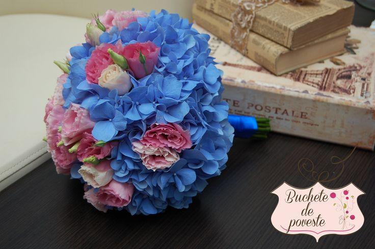 Buchet de mireasa cu hortensii albastre si lisianthus roz.