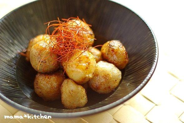フライパンでコロコロ揚げながら作ります!表面はカリッとしていて、中はまるでお餅のような、もちもちの里芋♪出汁で煮含めた冷凍里芋を使用しています。ない場合は、里芋を下茹でしてから作って下さいね!