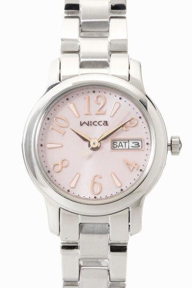 WICCA KH3-410-91  WICCA KH3-410-91 19440 CITIZEN WICCA(ウィッカ)より ソーラーテック搭載のデイデイトつきモデルのご紹介です どんなときも女の子の気分を上げキラキラさせてくれる 旬のカワイイがいっぱい詰まった腕時計です!!! 長く使えるベーシックデザイン デイデイト機能も付いて実用性に優れた機能とデザインを兼ね備えています のびやかなアラビアフォントのインデックスが視認性を保ちつつ さりげなくかわいい印象を与えてくれます 新生活を迎えるフレッシャーズにもおすすめのモデルです!! ソーラーテック 太陽や部屋の光などで充電可能 定期的な電池交換がいらないエコな腕時計です 素材ステンレス ムーブメントソーラー 防水性5気圧防水 保証書について 保証書は購入明細書納品書と合せて保管していただきますようお願いします 修理の際は保証書と購入明細書納品書を合わせてご提出ください