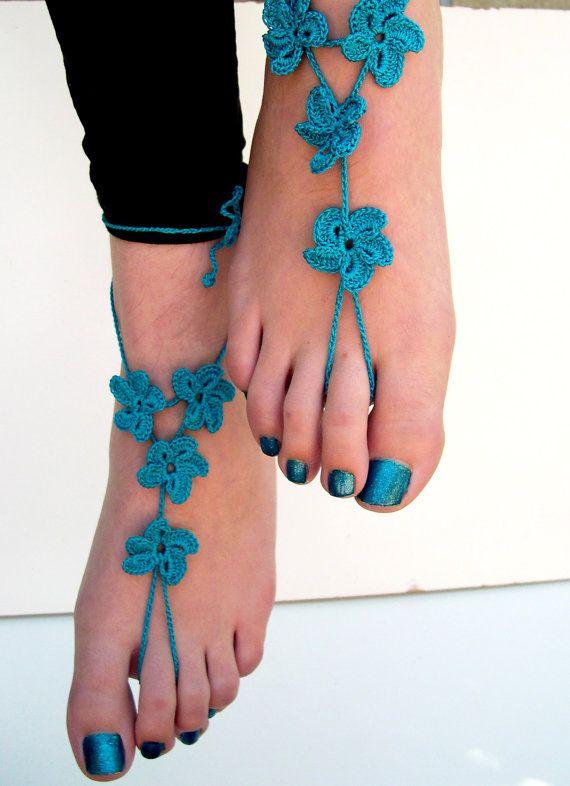 Ces superbes sandales fleur sont crochetées avec un coton de belle Sarcelle forte.  Ils sont très romantique et élégant. Vous pouvez les porter à la plage, à la maison, au fêtes de mariage ou au cours dyoga.  Il sagit dune épouse parfaite ou un accessoire de demoiselle dhonneur pour un mariage de plage !  Ils peuvent être portés pieds nus ou avec des chaussures.  Une taille adaptée à la plupart.  Egalement disponible en fil doré ou argenté pour 32.-$…