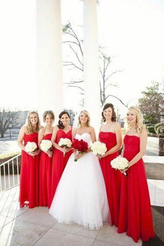 Damas color rojo y la novia comparte ese mismo tono en su ramo. Muy romantico.