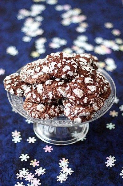 Incontournables de la saison, les petits biscuits de Noël s'invitent dans ma cuisine. Chaque année, j'adore tester de nouvelles recettes glanées ça et là t - Biscuits craquelés au chocolat