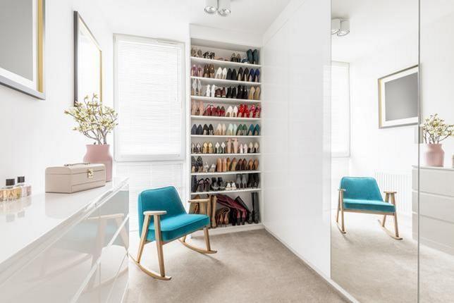 Starannie Ustawione Na Regale Eleganckie Buty To Ozdoba Kobiecej Garderoby White Furniture Home Closet Bedroom