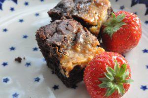 Bagenørden serverer en syndig brownie med karamel på toppen - lavet af kondenseret mælk. Toppen er sød og karamelliseret og bunden svampet og chokoladetung. Uhm