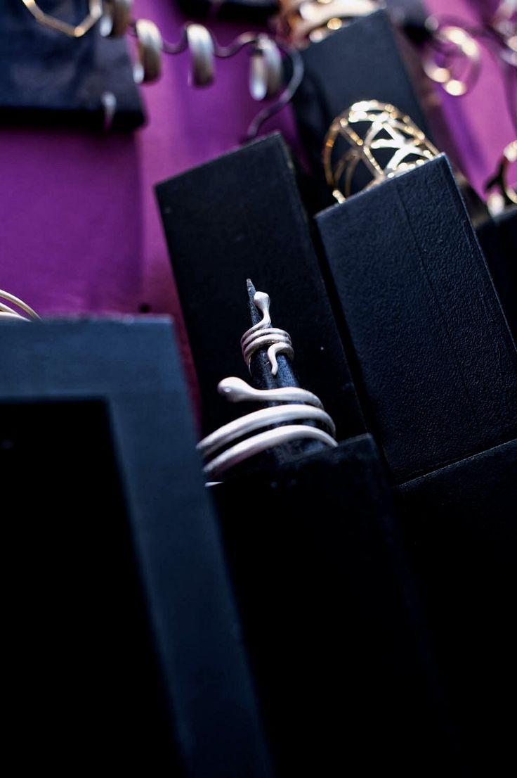 Brazalete y anillo serpiente, en dorado y pateado