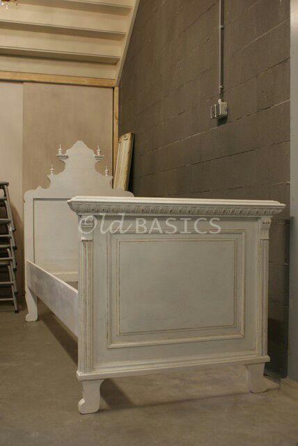 Bed 30030 - Uniek origineel oud brocante bed op sierlijke pootjes. Het bed heeft veel sierlijke details. Ook het hoofdeinde is voorzien vanprachtig houtsnijwerk. Echt een plaatje in de slaapkamer! Matrasmaat: 86x200 cm.