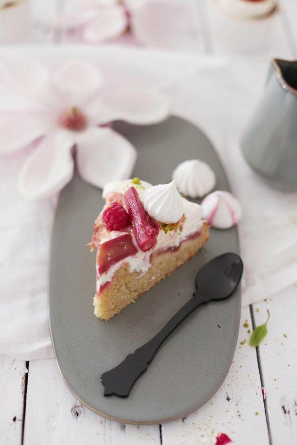 Rhabarber-Kuchen mit Sahnehäubchen und Kardamom-Vanille-Rhabarber