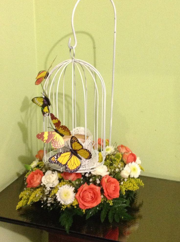 Jaula mariposas y flores