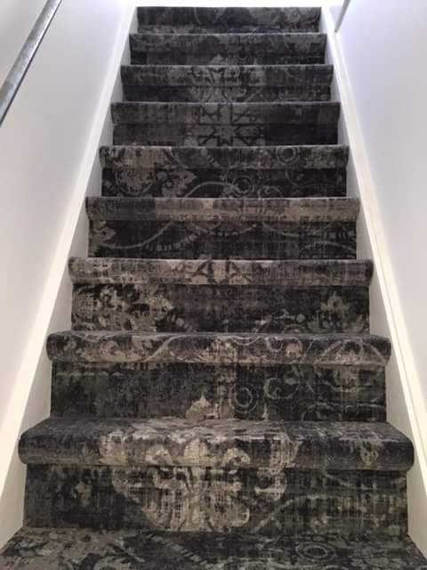 Tapijt op de trap is een stuk aangenamer met oog op geluiddemping  Hier een trap met het vintage