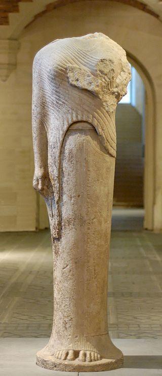 ''Era di Samo'', il nome è improprio considerando che non rappresenta una divinità, ma la kore, ossia l'ideale di donna. Risale al VI secolo a.C. E' una statua votiva. Il vestito rappresentato era il vestito tipico femminile in ambito ionico. E' conservata al Louvre.