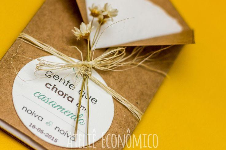 Mimo para que os convidados mais emocionados possam enxugar suas lágrimas de felicidade na hora da cerimônia. Geralmente deixados sobre as cadeiras dos convidados. <br> <br>Para ninguém segurar a emoção. Porque se for de felicidade, o choro tá liberado! <br> <br>>> Informações << <br>- Contém 1 lenço de papel macio <br>- Embalagem feita em papel Kraft 180g <br>- Tag feita no papel vergê branco <br>- Personalizamos texto e cores de acordo com preferências do cliente <br>- Acabamento em fio…