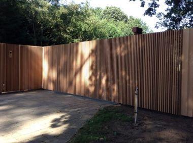 ATELIER31 buitenpoort strakke moderne zelfdragende zwevende schuifpoort staal en cederhout houten bekleding tropisch hout