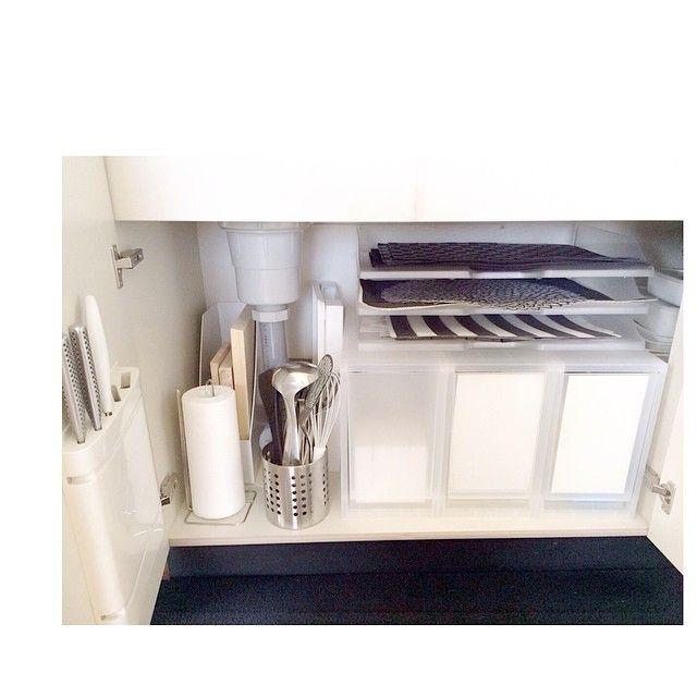 Instagram media by negimami06 - キッチンのシンク下収納 無印のストッカーを使用してます。 ストッカーの上に置いた書類用のA3サイズのアクリルデスクトレーはランチョンマットの収納にぴったり♪( ´▽`) chilewichのマットがちょうど収まり、取り出しやすいです♪ スタッキングも出来て軽いので、3段にして種類毎に収納してます。 ストッカーの中は洗剤やラップ、ビニール袋などを収納。 使用頻度の高いキッチンツールはIKEAのバスケットにまとめてます。 #整理収納 #無印良品 #キッチン #negimamiinterior