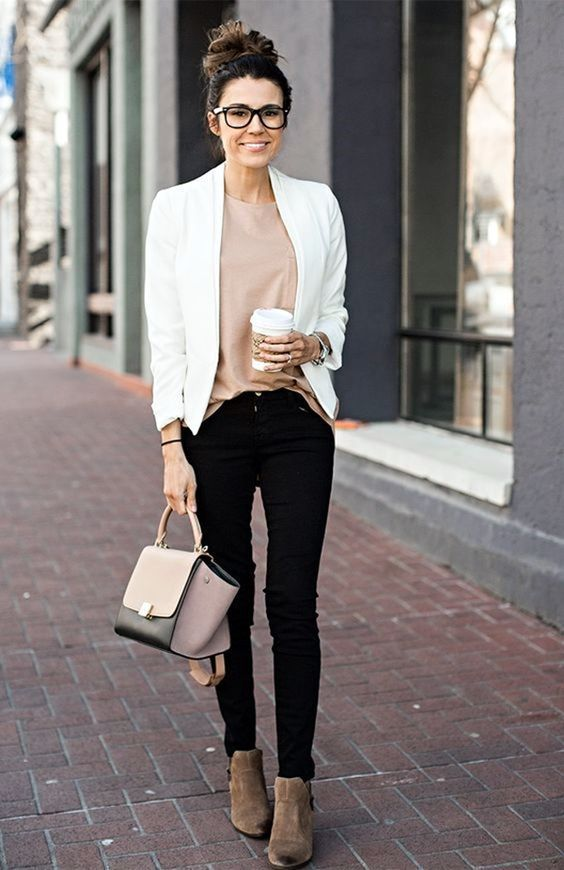 Love these flawless fall outfit ideas that anyone can wear teen girls or women. The ultimate fall fashion guide for high school or college. Super simple outfit with jeans and ankle boots and a blazer a classy look for autumn.