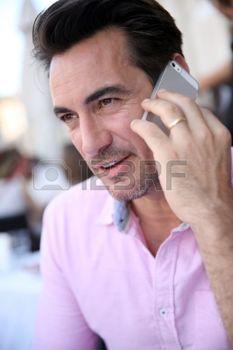 man%3A+Portret+van+volwassen+man+met+behulp+van+smartphone+Stockfoto