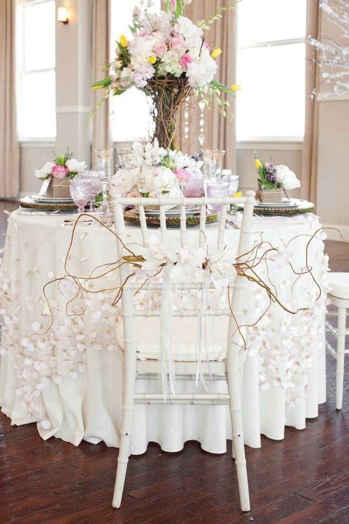 imposante blumen deko f r einen runden tisch und deko f r den stuhl hochzeitstafelzauber. Black Bedroom Furniture Sets. Home Design Ideas