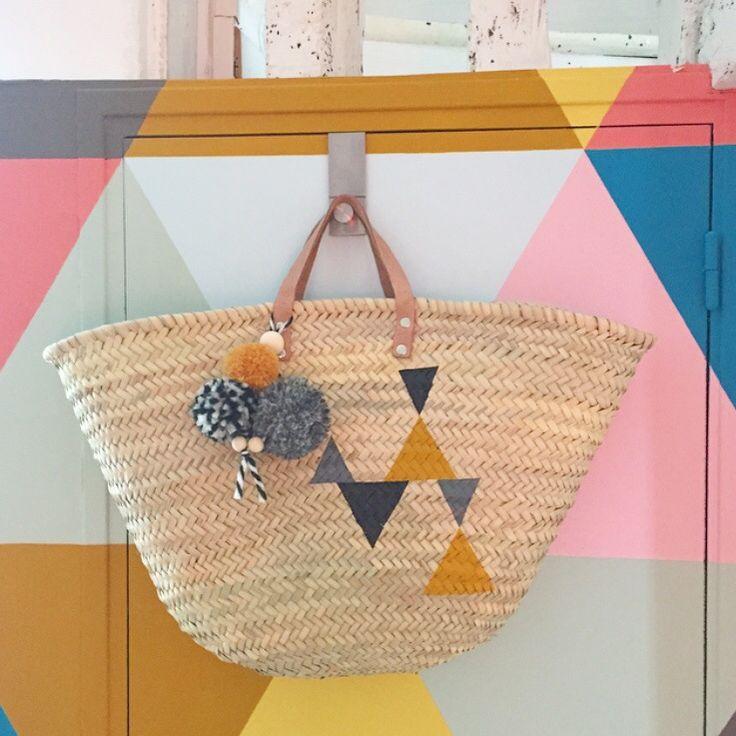 Grand panier marocain en paille et anses en cuir, Peint à la main et vernis Pompons en laine faits à la main et perles de bois //les coloris des...