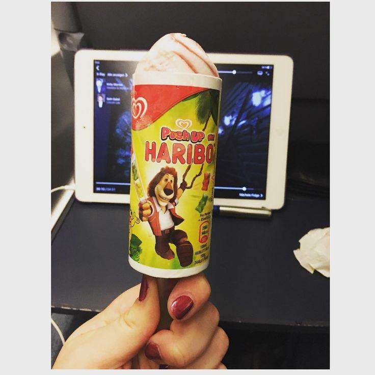 Und manchmal muss es eben das Kinder-Haribo Eis sein mit vier Gummibärchen im Stiel die leider nicht wirklich rauswollten. Und dann dieser Moment wenn man bemerkt dass das zerknüllte Taschentuch mit im Bild ist  na ja #passiert  #haribo #haribomachtkinderfroh #eisamstiel #großeliebe #zugfahrt #fringedivision #deutschebahn #taschentuch