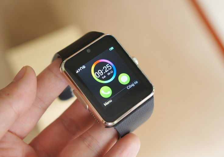 Giống với mẫu InWatch C tiền nhiệm, InWatch B có đầy đủ các tính năng cần thiết cho một chiếc đồng hồ thông minh như theo dõi sức khoẻ, kết nối với smartphone qua Bluetooth để nhận thông báo, dùng làm view finder để chụp ảnh. Trên InWatch B, hãng đã thiết kế lại giao diện trông hiện đại hơn.