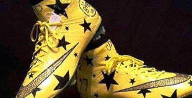 Aubameyang vuelve a sus botas con cristales de Swarovski