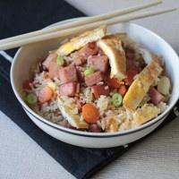 Τα εύκολα γεύματα είναι τα σήμα κατατεθέν του κάθε εργένη! Το ρύζι με ομελέτα και λουκάνικα είναι ένα από αυτά, καθώς μπορεί να δημιουργηθεί σε ελάχιστα λεπτά και με υλικά που βρίσκονται σε όλες τις κουζίνες. Επίσης, όσον αφορά το …
