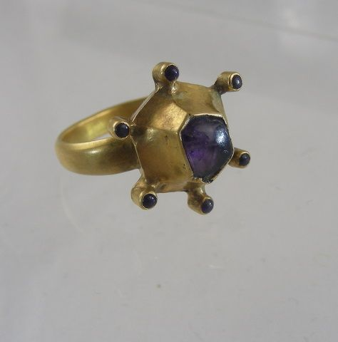 Medieval gold ring with amethyst crystals. Thirteenth century