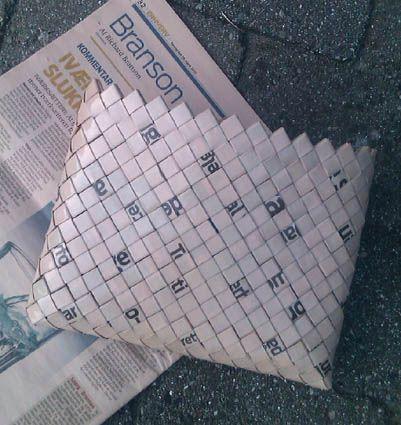 - ReCyklisten: Avisens redning? og Stafet For Livet  iPad sleeve flettet af avisens erhvervssektion  Lyserødt papir. Candywrapper.