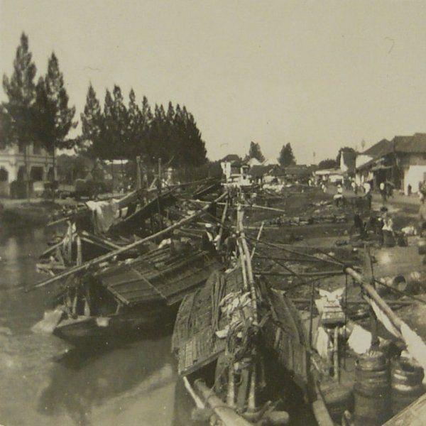 Prauwen in de Kali Mas Soerabaia 1921-1923. NFM.