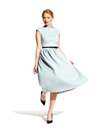 Audrey Hepburn hätte dieses Kleid geliebt! Von den kleinen Flügelärmelchen bis zum angekräuselten Rock – dieser grazile Klassiker steht jeder Frau. Eingesetzte Seitenteile formen schön die Brust. Tipp: ein schmaler Gürtel betont die Taille zusätzlich.