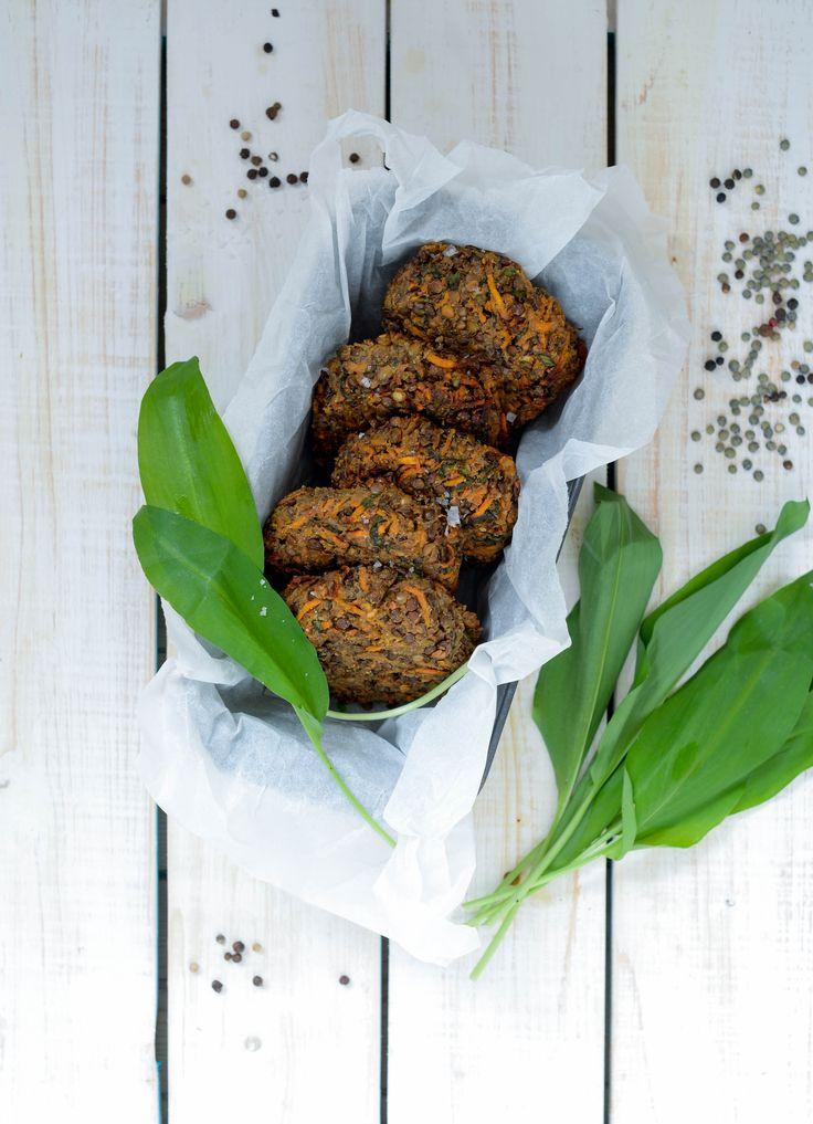 Linsebøffer med sød kartoffel og ramsløg er en saftig og smagfuld bøf med ganske få ingredienser, der uden problmer kan tilpasses ud fra ind dit køleskab.
