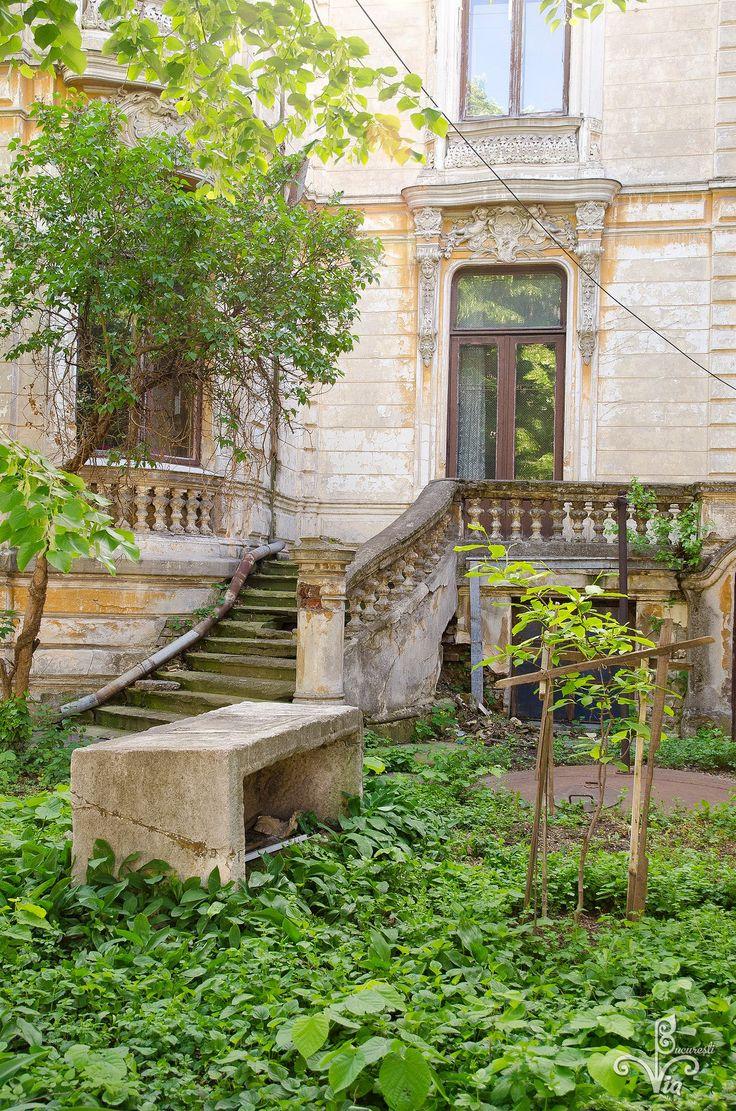 """Detaliu din clădirea Institutului de arheologie """"Vasile Pârvan"""". O casa ridicată de o familie de intelectuali şi filantropi care a donat clădirea statului român acum mai bine de un veac. Astăzi ea este în proprietatea statului şi este administrată de Academia Română. Clădirea este într-o stare avansată de degradare pentru că imobilul nu a fost niciodată restaurat."""