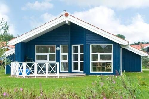 Three-Bedroom Holiday home in Otterndorf 22 Otterndorf Situated in Otterndorf, this holiday home is located 13 km from Cuxhaven. It provides free private parking.  A dishwasher, an oven and a fridge can be found in the kitchen and there is a private bathroom. A TV and DVD player are featured.