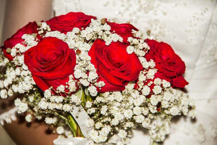 Hermoso ramo en rosas rojas y gypsofilia
