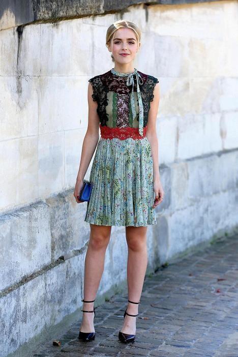 Vasta 15-vuotias näyttelijä Kiernan Shipka on valinnut ylleen kauniin ja tyttömäisen mekon, jossa yhdistyvät kukkakuosi ja pitsi. Asu huokuu pariisilaista naisellisuutta.