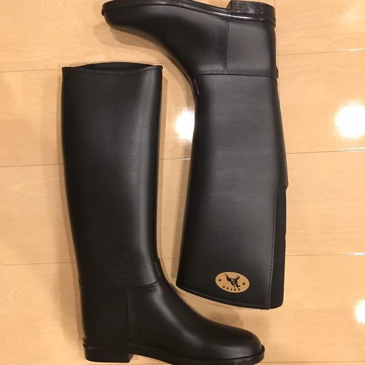 雨の日&雪の日も安心なダフナの定番レインブーツです。 ジョッキーブーツのようなクラシックで細身デザインのレインブーツなので、デートにもピッタリです。 マットな質感のラバー素材を使用し、大人っぽい落ち着いた印象です。  また、外側にはブランドロゴが施され さりげないアクセントになっています。  アウトソールもラバー素材があしらわれ滑りにくく安心な上、すっきりとしたスタイリッシュなフォルムが脚長効果も期待できます。 レインブーツとして、オールシーズンお使いいただけ ファッション性に優れています。 ローヒールなので、マタニティの方や子育てママさんにもお勧めです。 お写真にございますブーツのみの簡易包装発送ですので、箱は付きません。 ※左足のロゴマークが取れています。 そのため、格安の出品となります(*^_^*) ぜひ、ご検討くださいませ。 ☆使用頻度…3回のみ ☆カラー…ブラック ☆定価…11880ー ☆サイズ…37(24.0相当)  ⚠️中古品になりますので、神経質な方やご理解頂けない方細かい事が気になる方はご遠慮下さい。